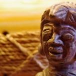 Une petite sculpture en pierre représentant une figure humaine