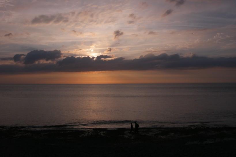 couple sur la plage d'etretat