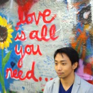Ken devant le John Lennon Wall