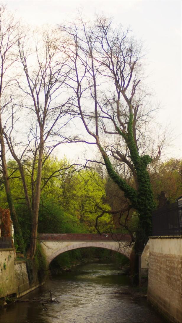 Un pont sur la rivière près du John Lennon Wall