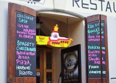 Un restaurant yellow submarine dans Prague